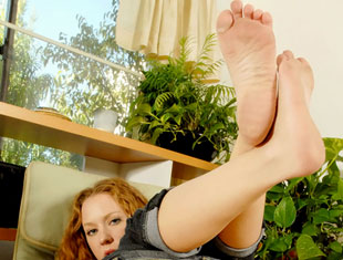 Leigh shows off her dirty feet and rubs lotion all over them