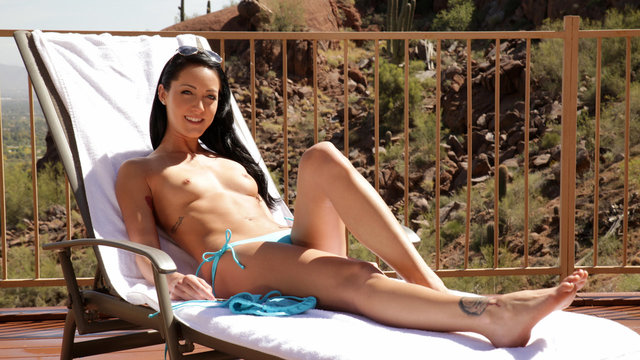 19 year old Sabrina Banks pleasures her pussy in the outdoor sunvideo