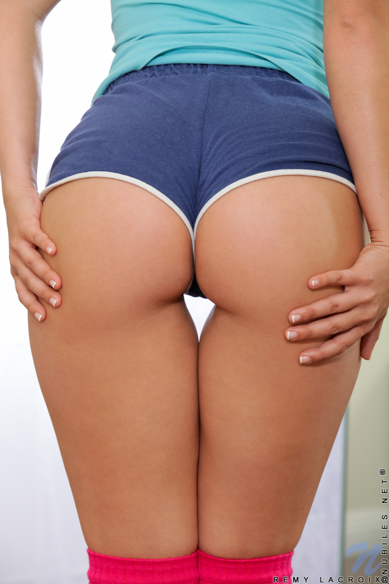 girl with short shorts on an can see pussy