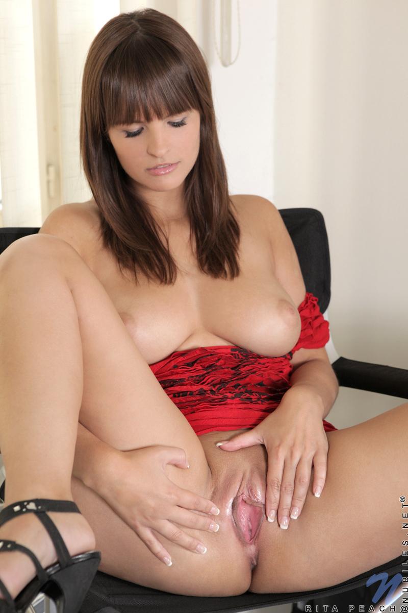 Rita peach nude pussy